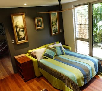 Courtyard Master B'Room in Eco Home - Bed & Breakfast