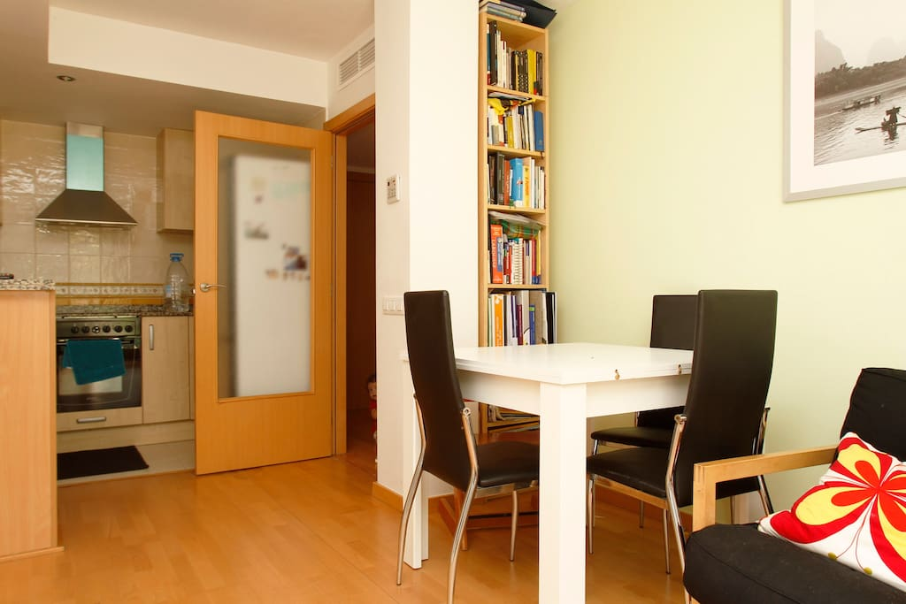EXTENSIVE TABLE FOR 8 PEOPLE, BOOKS AND WOOD FLOOR TO HELP KIDS BE CONFORTABLE