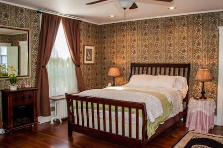 Aunt B's B & B: The Rose Bedroom - Casa