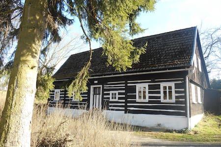 Urgemütliches Holzhaus am Bach - Hus