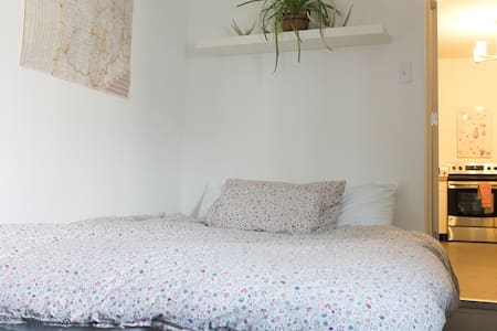 Apt B: Cozy & Affordable in OTR