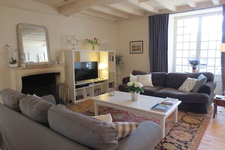 Idyllic location beside the river - Montignac-Charente - House
