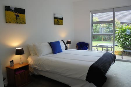 Sunny bedroom with garden setting - Tauranga - House