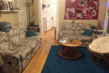 Simple Bedroom Right Downtown!!! - Madison - Lägenhet