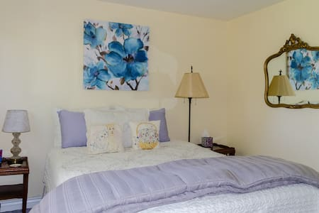 COUNTRY ROOM with QUEEN BED at FLOWER FAIRY FARM - Casa