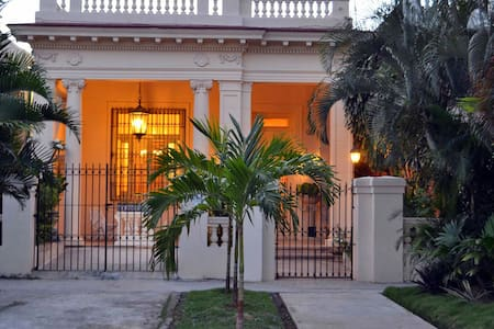 Stylish Spanish Mansion in Habana - Bed & Breakfast