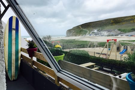 Fully furnished modern 2 bedroom apartment 50m from the fantastic beach of Porthtowan. Sleeps 4 (+2 on sofabed). Perfect for special occasions and family holidays. Enjoy dining and drinks on the balcony with views of surf and incredible sunsets.