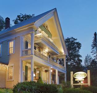 Inn at Crystal Lake and Palmer House Pub - Bed & Breakfast