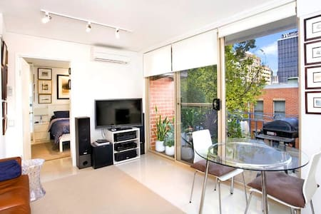 Positioned in a leafy cul-de-sac, footsteps to cosmopolitan East Sydney, and a short walk into the CBD, is this impeccable FULLY FURNISHED one bedroom apartment.