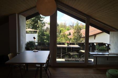 Sonniges Dachgeschoss mit 2 Zi. - House