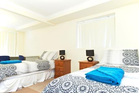 Large 2 Bedroom Unit, Fab Location! - Lägenhet