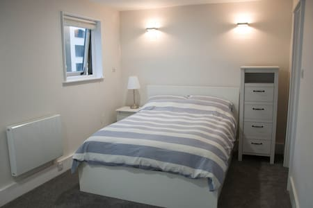 Large and Bright En-Suite next to Tower Bridge - Londen