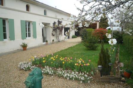 grande chambre ( 24 m3 ) à l'étage - Saint-Simon-de-Bordes - Bed & Breakfast