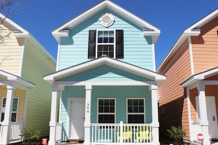 Beautiful Comfortable Cottage One Block To Beach! - Hus