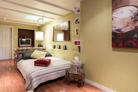 Nice studio-room / Metro - House