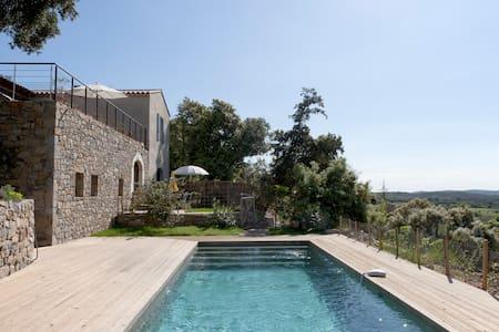 Superbe gite de charme, piscine,vue exceptionnelle - Corconne - House