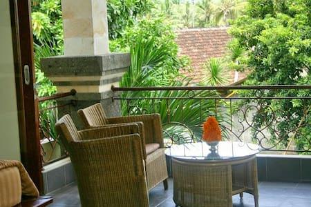 Fabulous villa near Goa Lawa Temple - Aamiaismajoitus