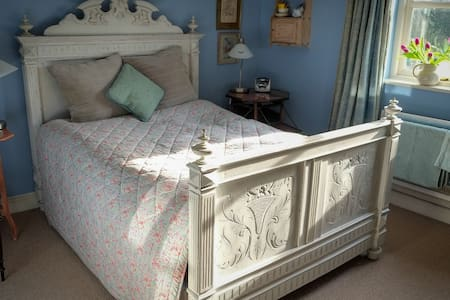 Lovely room in  pretty 18th cottage - Bed & Breakfast