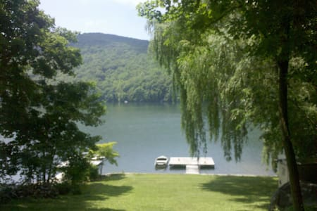 Beautiful Lakefront Retreat - New Fairfield - Huis