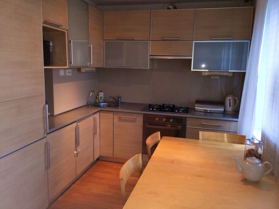 The kitchen: dishwasher, washing mashine/ dryerand are integrated/ Кухня со встроенной бытовой техникой: посудомоечная машина, стиральная машина с сушкой, холодильник