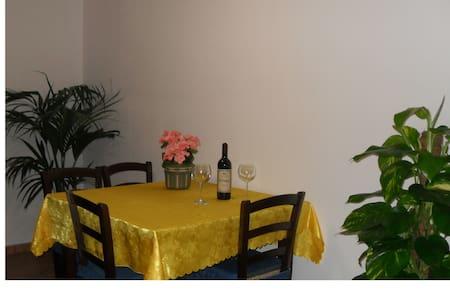 Nice room next  PortoPino beach - Leilighet
