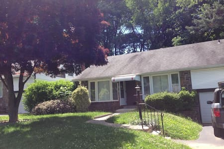 Funky split-level near Philly - Havertown - Huis