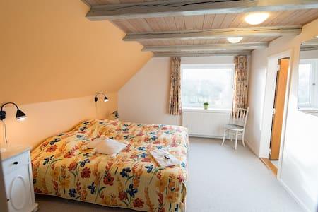 Vestvendt værelse på 1. sal i gl. skole - Bed & Breakfast