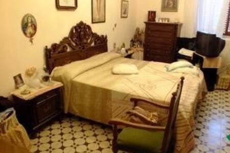 camera matrimoniale in ampio quadrilocale - Apartmen