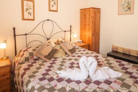 Room 5 DB ensuite - Bed & Breakfast