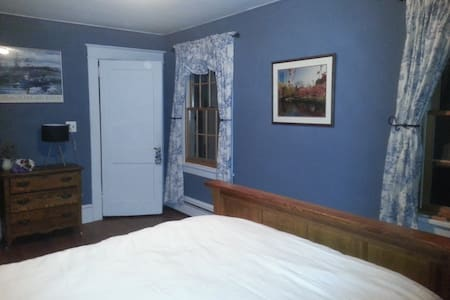 Pretty blue and white room - New Windsor - House