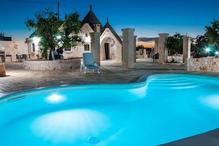 "Trullis with pool and garden ""il Colle del Noce"" - Vila"
