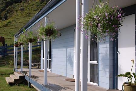Twinkingham Cottage - Tararu Bay