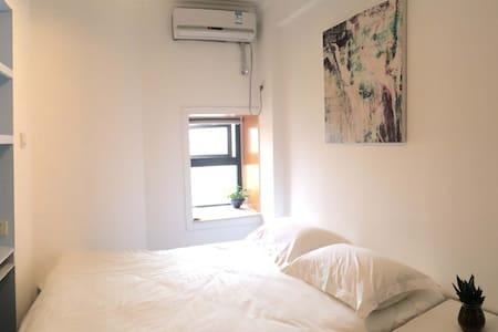深圳漫游者青年旅舍会展中心店温馨舒适大床单间,可欣赏迷人的城景色