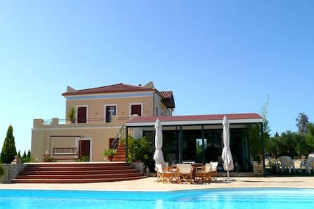 Luxurious Mansion with pool and vast gardens - Villa