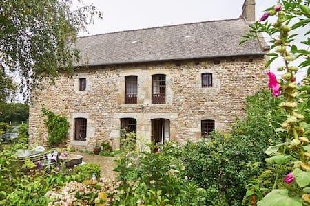 Charmante maison près d'un étang - House