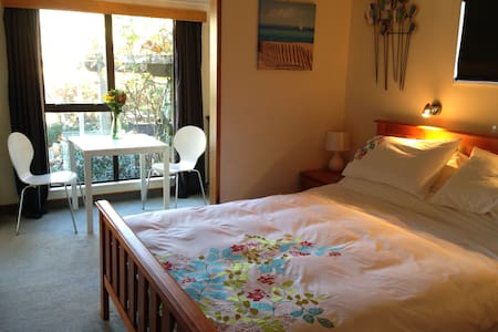 Cosy ensuite with breakfast at Featherwood Cottage - Bed & Breakfast