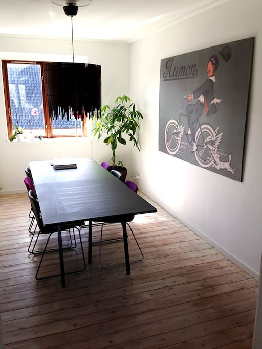 English: Nice bright dining room with a large table and chairs for 6 people.  ----------  Dansk: Hyggelig lys spisestue med stort bord og stole til 6 personer.