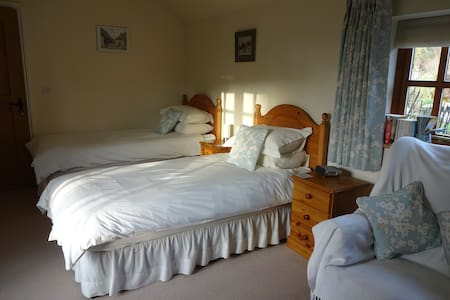 Lovely garden room with twin beds - Surrey