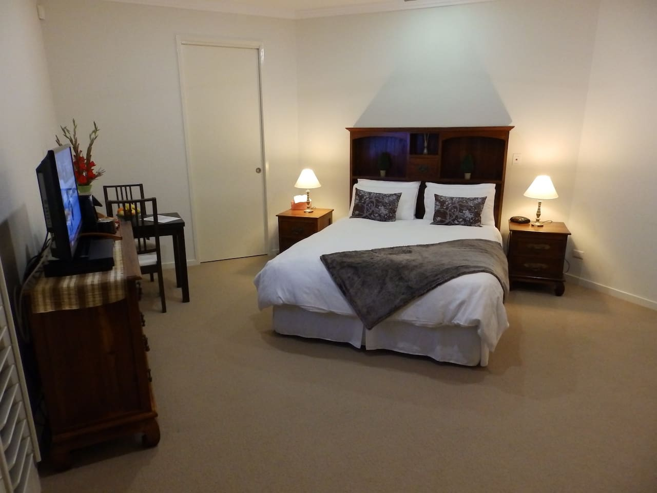 Queen Bed with Luxury Linen, large room with ensuite, walk in robe, sitting area, table & chairs