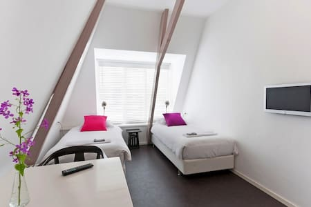 Modern room with private bathroom. - Almelo - Bed & Breakfast