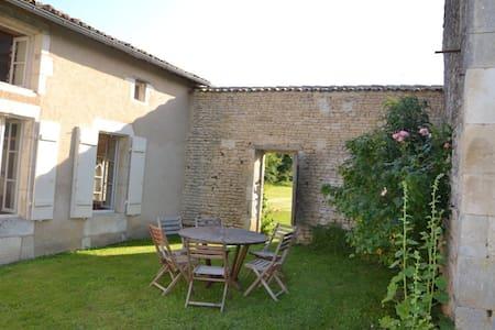 Maison charentaise - Saint-Cybardeaux