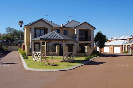 Fremantle Executive Townhouse - Hamilton Hill - Apartment
