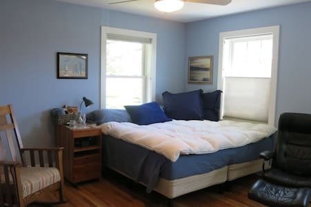 One of two guest rooms, sharing bath. Quiet community ¾ mile from downtown Northampton. Abutting acres of conservation land with extensive, tree-lined trails. Close to Smith College (easy 15-min. walk). Access to bike path.
