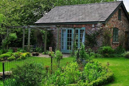 Calm & private garden cottage - Hus