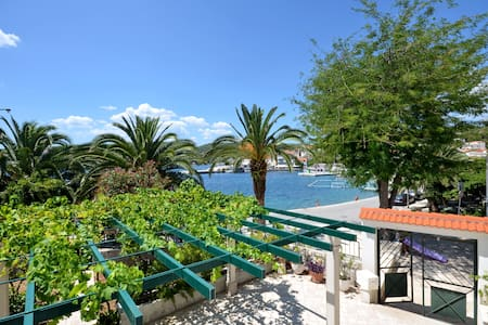 Seafront vacation house 5 meters from beach & sea - sumartin - House