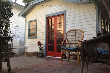 Cottage Guesthouse & Private Patio!
