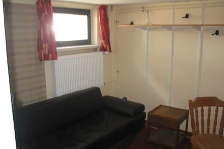 Zimmer Souterrain in Wohnhaus - House