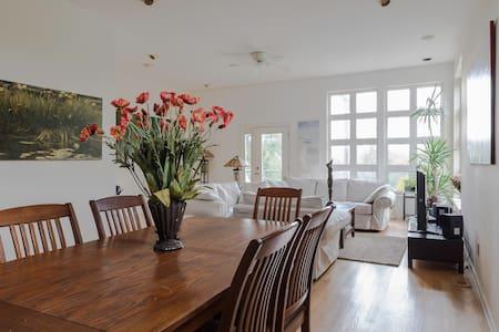 Spacious private loft, guest room & bath - Tremont - Casa adossada
