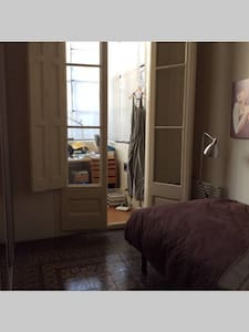 AT 7 MINUTES WALK FROM PASSEIG DE GRACIA, BEDROOM WITH A 1,2m BED AND ACCESS TO KITCHEN.  REALLY COMFORTABLE ENVIRONMENT WITH NATURAL LIGHT. ALL EXTERIOR.  AMERICAN KITCHEN, HIGH CEILINGS, HYDRAULIC FLOORS AND MODERN DÉCOR.