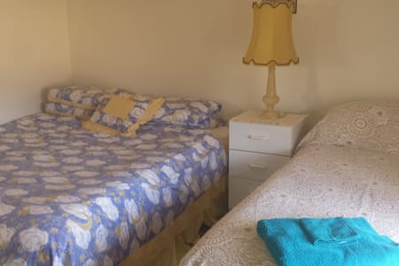 DOUBLE /TWIN QUEEN ROOM $89 for two - Glen Waverley - Bed & Breakfast
